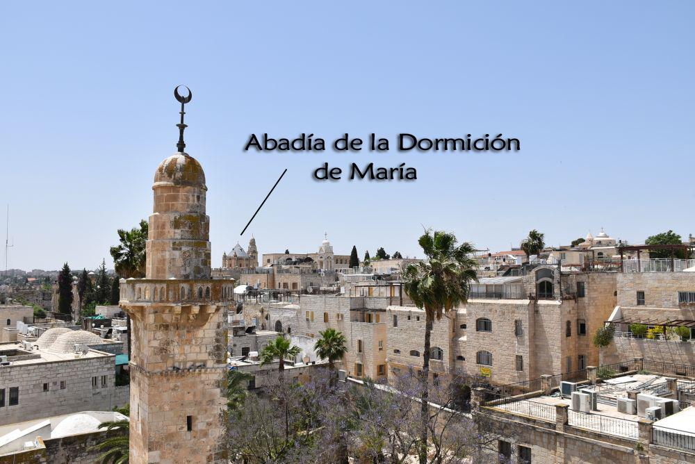 En primer plano, justo al lado de la Sinagoga Hurva, se encuentra la torre de una mezquita que en la actualidad no está activa. A los alrededores se observan las viviendas judías y al fondo sobresale la Abadía de la Dormición de María