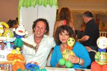 Zipi y Koby, decorando con globos